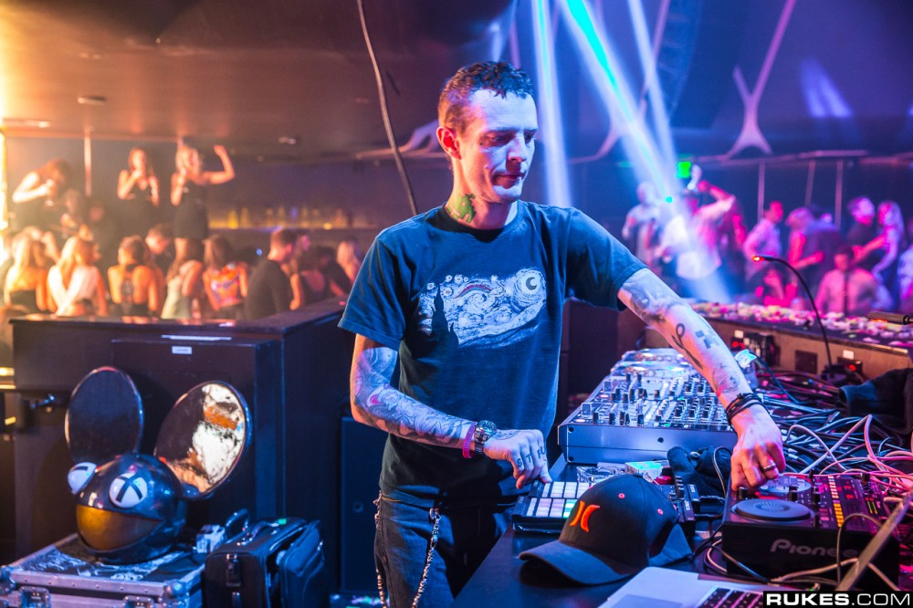 "Deadmau5 Ends His Techno Testpilot Set with ""Levels"" & A Beer Chug"